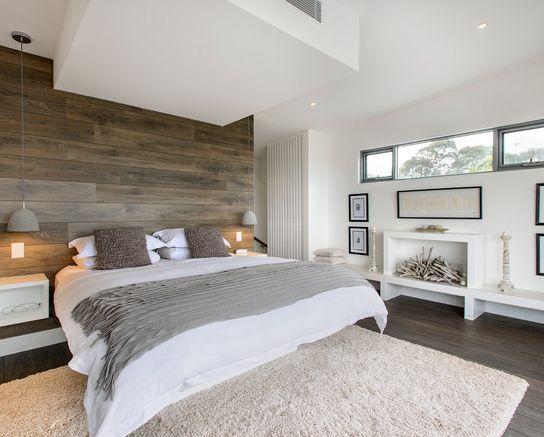 Ambiance dans les tons gris et blanc pour cette agréable chambre. Le mur en bois est à peine trop foncé, à mon goût ^^
