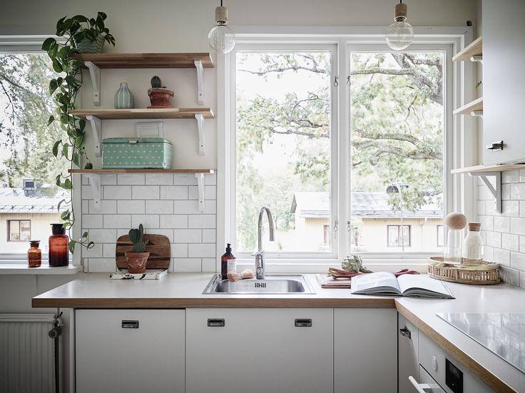En trivsam 1940-talstvåa med genomgående planlösning och härligt ljusinsläpp från fönster i motsatta väderstreck. Från köket har man utsikt mot en park medan sovrummet, vardagsrummet och balkongen – med härlig eftermiddags- och kvällssol – vetter mot en skogsdunge som skärmar av mot Kungsladugårdsgatan. Originaldetaljer såsom köksskåp, gjutjärnsradiatorer, innerdörrar, dörrhandtag och platsbyggda garderober har bevarats, och … Continued
