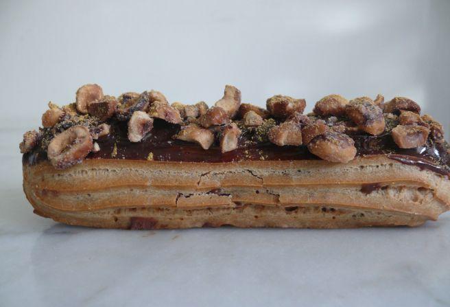 Eclair gianduja/noisettes (pâte à chou, crémeux gianduja et noisettes caramélisées) by Boulangerie BO (Paris)