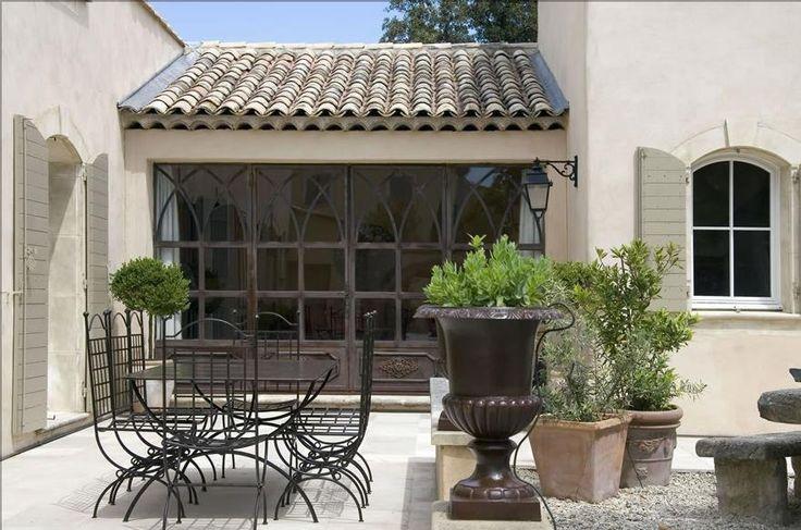 Ambiance provençale et charme authentique dans cet espace terrasse sur lequel ouvre une grande porte fenêtre en fer forgé de belle facture artisanale.