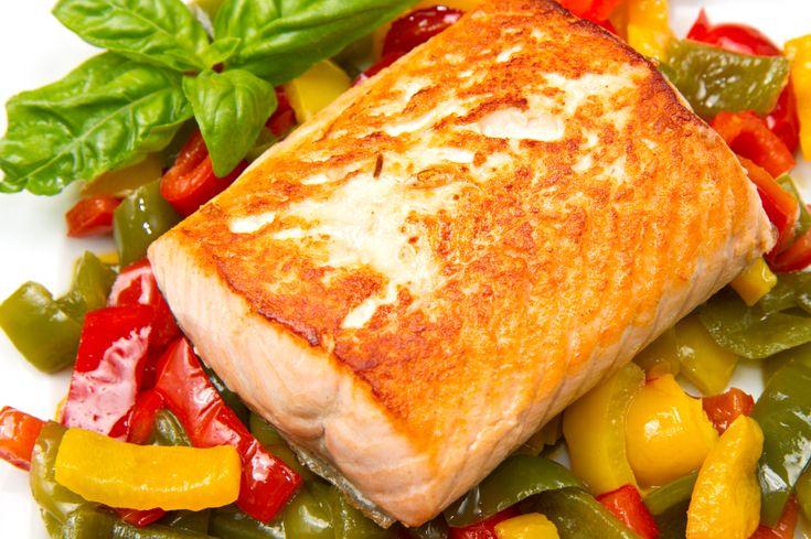 """Рыба с овощами.  Треска, лук, болгарский перец, помидоры, лимон, зелень, соль. Бумагу для выпечки сложить вдвое, выложить """"подушку"""" из овощей: перец, лук, зелень и т.д. Положить рыбу, сбрызнуть лимонным соком. Сверху добавить помидоры, зелень, соль. Завернуть все это в пергамент или фольгу, готовить в духовке 15 мин. при 180С"""