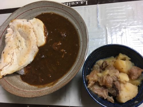 今度はチャナマサラ(ひよこ豆のカレー)を日本風にトロミをつけてみたり。 ナンに似せた自作サラダチキンが乗ってます♪  肉じゃが一皿分で終わる…やっと。