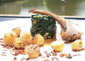Carré van varkenskotelet met saus van Luikse stroop, aardappeltjes en spinazie met blauwe kaas
