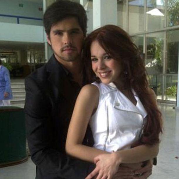 Foto de Danna Paola y Eleazar Gómez en apasionado beso