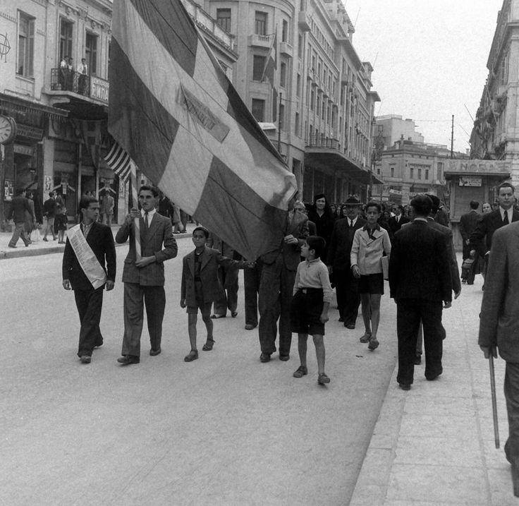 Dmitri Kessel, Νοέμβριος 1944, Αθήνα, διαδήλωση-διαμαρτυρία βομβόπληκτων στην οδό Σταδίου.