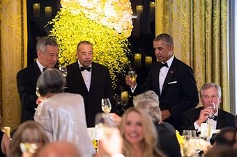 US President Barack Obama offers a toast to Singapore's Prime Minister Lee Hsien Loong (L) and his wife Ho Ching during a state dinner at the White House in Washington, DC, on August 2, 2016. / AFP / NICHOLAS