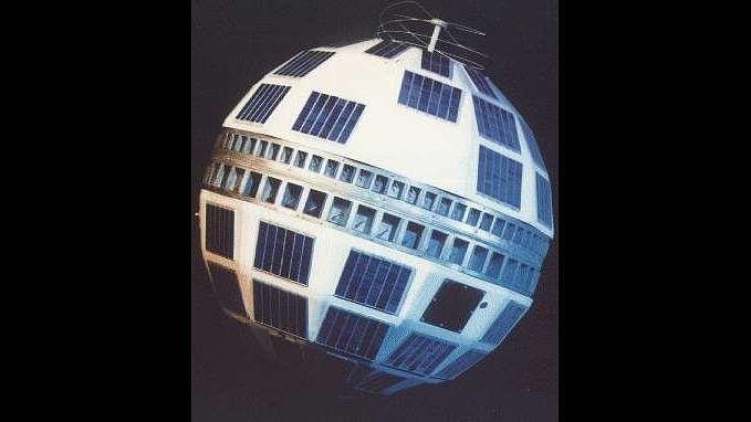 """Le ballon de foot que l'on connaît aujourd'hui fut introduit par Adidas sous le nom de """"Telstar Erlast"""" à l'occasion des Championnats d'Europe de 1968. Son look est inspiré des satellites de télécommunication Telstar  #espace #images #technologie #Adidas #ballon #foot #satellite"""