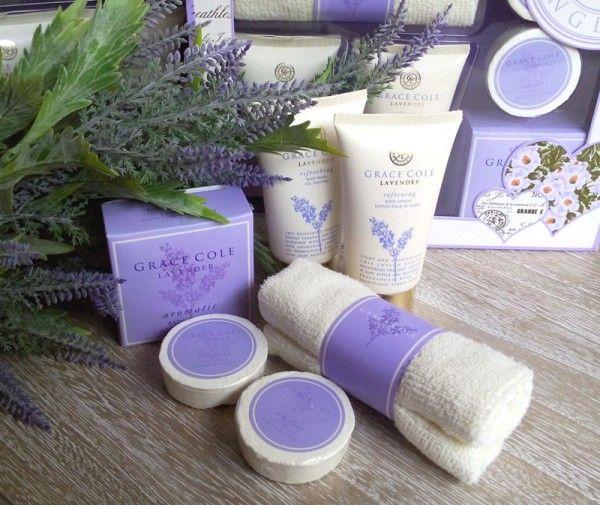 Set cadou cu cosmetice cu aroma de lavanda de la Grace Cole.Setul contine gel de dus crma de corp, sapun  si sare de baie. http://www.juliana.ro/relaxare-placuta-cu-aroma-de-lavanda/
