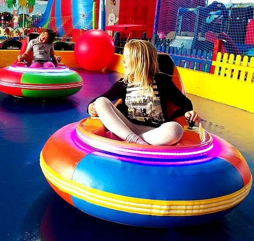 """Pelotero Fun-City - Indoor- & Outdoor Spielpark Wesselburen - Großes Spielparadies für die ganze Familie! Im 2.500m² großen Indoor-Bereich gibt es eine riesige Auswahl an Spielmöglichkeiten zu entdecken, wie z.B. viele verschiedene Hüpfburgen und Rutschen, Trampolin-Anlage mit Softwürfel-Becken, Fahrparcours, Sportfeld, Kegelbahn, Kleinkinderbereich und noch Vieles mehr (<a href=""""https://www.facebook.com/sharer/sharer.php?u=https%3A%2F%2Fwww.facebook...."""