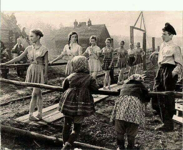 II GM. Clases de balet en un pueblo ruso destruido.