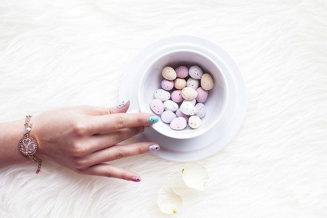 DIY speckled easter egg nail art http://www.styleslicker.com/2013/03/29/diy-speckled-easter-egg-nail-art/