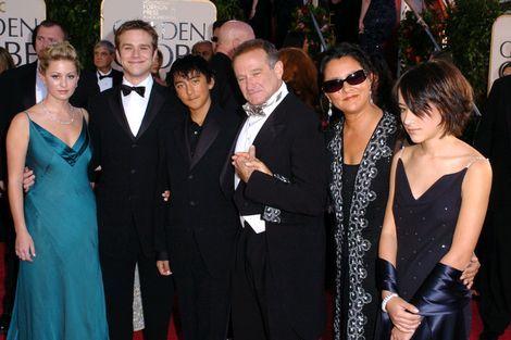 """Robin Williams zoons, dochter en ex-vrouw/Robin Williams had op 21 juli 64 jaar moeten worden. Zijn kinderen 'vierden' op die dag, zo goed en zo kwaad als het ging, zijn verjaardag.  Robins kinderen kwamen op die beladen dag samen om een hapje te eten ter ere van hun vader. Tijdens het etentje werden warme herinneringen opgehaald aan de overleden acteur, vertelt zijn oudste zoon Zak (32) aan tijdschrift People. """"We proberen ons te focussen op de fijne herinneringen. Maar we zijn nog erg in…"""