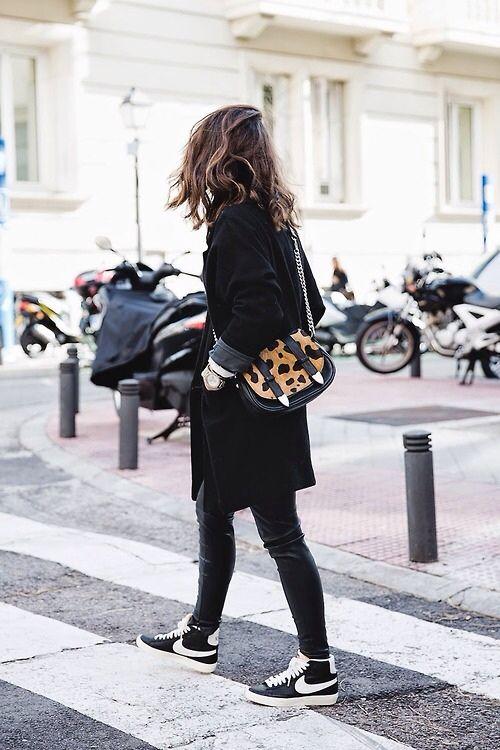 黒のレギンスパンツに黒のハイカットスニーカー。 相性いいですね。