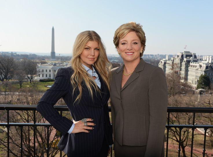 Avon-lähettiläs Fergie ja Avonin toimitusjohtaja Sheri McCoy Washingtonissa Valkoisen talon kupeessa. #SpeakOut