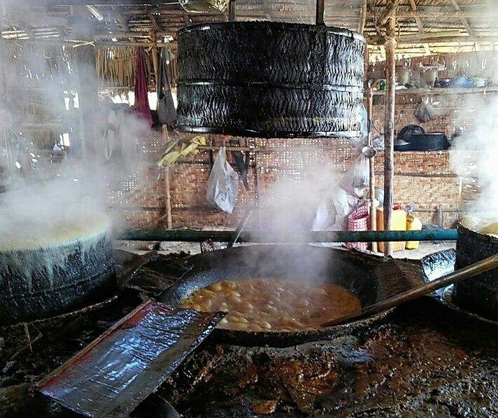 Making jaggery in Nyaung Shwe township, Shan State. #SugarCane #ShanState #Jaggery #Sweet