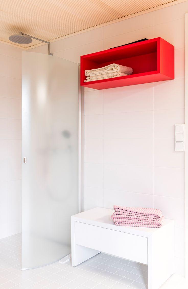 Kuusamon hirsitalo Nuuna. Seinässä Bel Air beverly white M25x55 cm, himmeä. Lattiassa Arkitekt Color valkoinen 97x97 mm, himmeä. pukkilalaatat #pukkila