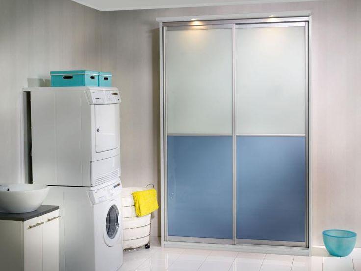 Pallas-liukuovet siniharmaata ja valkoista lasia, hopean väriset alumiinikehykset ja valkoinen runko. Virkistä kodinhoitohuone raikkaalla Inaria-kaapilla!