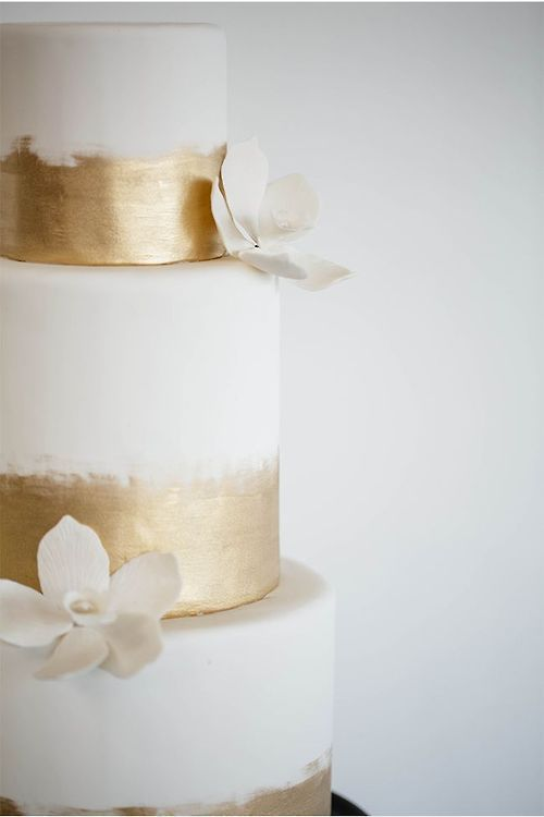 heyprettywedding:  Pretty white and gold painted cake.