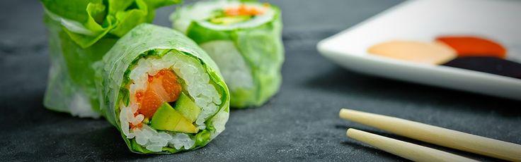 """Les """"maki slim saumon"""" de Planet Sushi: un délice! Difficulté: Moyen. 15' de préparation pour 6 makis. 85 g de riz vinaigré  15 g de saumon  10 g de concombre  10 g d'avocat  4 g de feuilles de riz  3 g de masago (œufs d'éperlan)  Quelques feuilles de menthe et de coriandre  Une dizaine de feuilles de salade verte  Un filet de mayonnaise"""