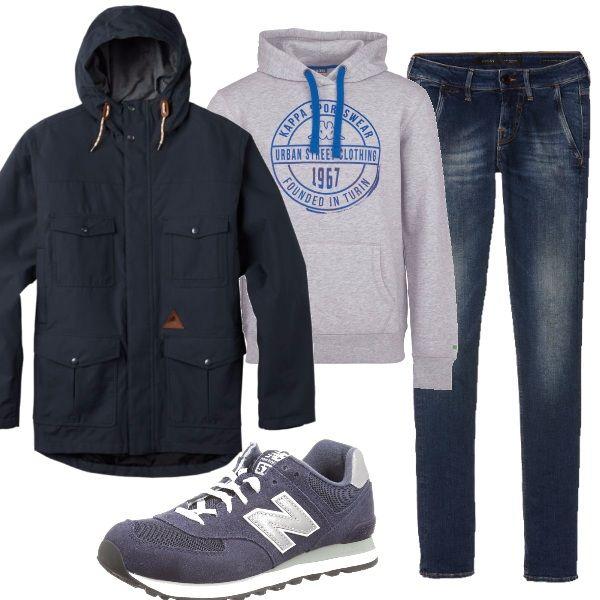 Ai jeans blu scuro abbiniamo una felpa grigia con cappuccio, sneakers blu e grigie, e lo splendido giaccone antivento, perfetto per una giornata all'aperto.