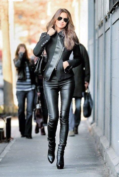 j'adore cette tenue, cuir intégral et talons hauts