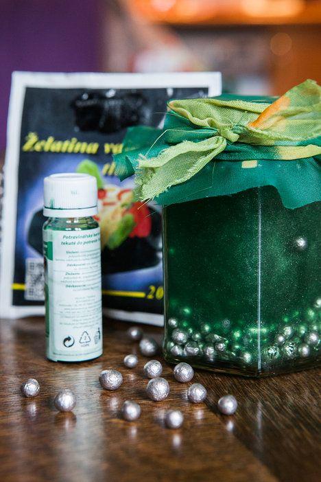Velmi jednoduchá je i výroba gelového osvěžovače. Funguje, a pokud se vám povede, může být současně i pěknou dekorací; archiv redakce