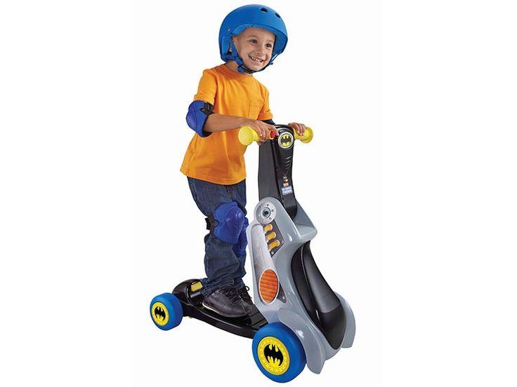 Primi Passi Scooter Batman 2 in 1 utilizzabile  come cavalcabile e anche come monopattino. Aiuta il bambino a sviluppare il senso dell'equilibrio mentre si diverte a esplorare il mondo. Vieni a scoprirlo sul nostro sito. Distribuito in esclusiva da Real Baby Distribuzione.