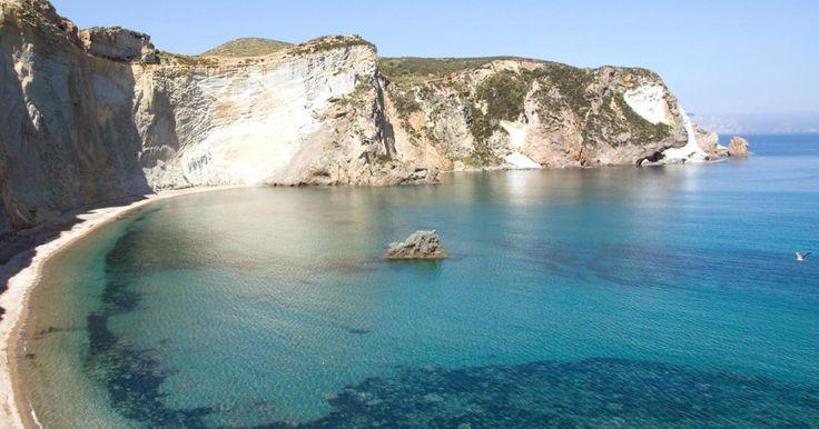 4 giorni a Ponza e Palmarola su barca comodissima con 4 cabine e 2 bagni.  Partenza la sera del venerdi da Nettuno e rientro il martedi sera a Nettuno dopo aver visitato le cale piu' belle di Ponza e Palmarola.