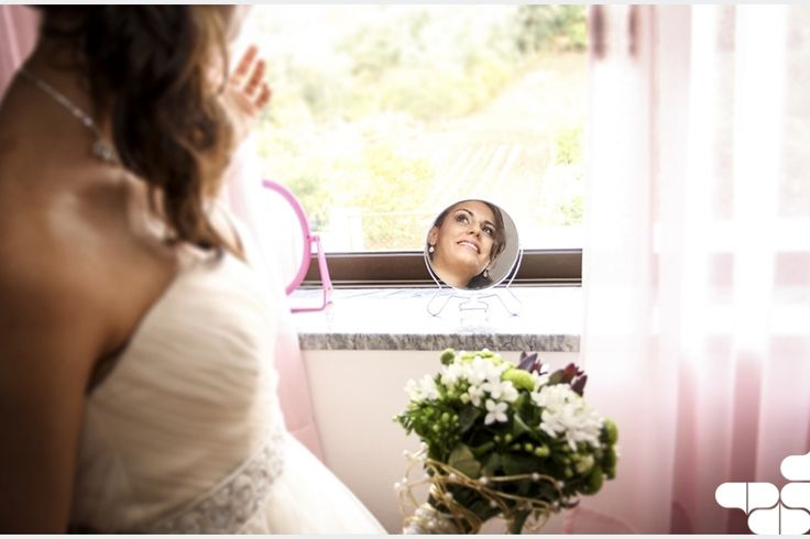 Como escolher algo usado, algo emprestado e algo azul para a noiva?  O casamento é uma cerimónia repleta de verdadeiros rituais e um deles é o de a noiva ter de usar algo novo, algo usado, algo emprestado e algo azul. Leia mais em: http://www.casamentosparasempre.pt/artigos/como-escolher-algo-usado-algo-emprestado-e-algo-azul-para-a-noiva--0063 ©casamentosparasempre  #casamentosparasempre #wedding #love #tradiçõesdocasamento #amor