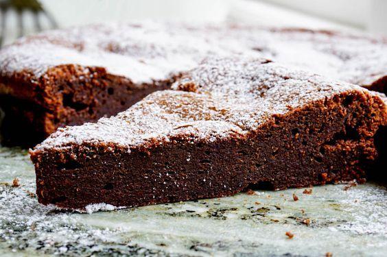 Kladdkaka som är krämig och görs helt utan mjöl, dessutom är den fri från nötter. Görs på mörk choklad och är fri från mjölk, gluten och raffinerat socker.