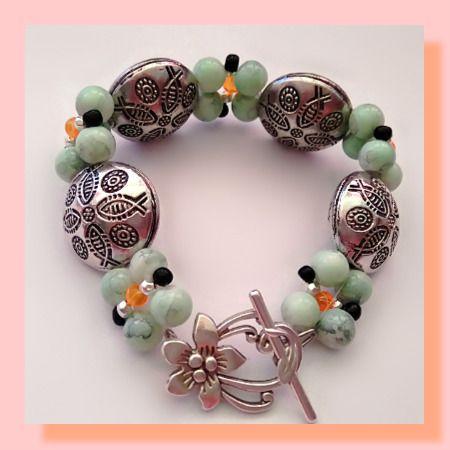 bracelet en perles métallique, perles de verre et perles de rocailles, fermeture toggle fleur en métal argenté : Bracelet par chely-s-creation