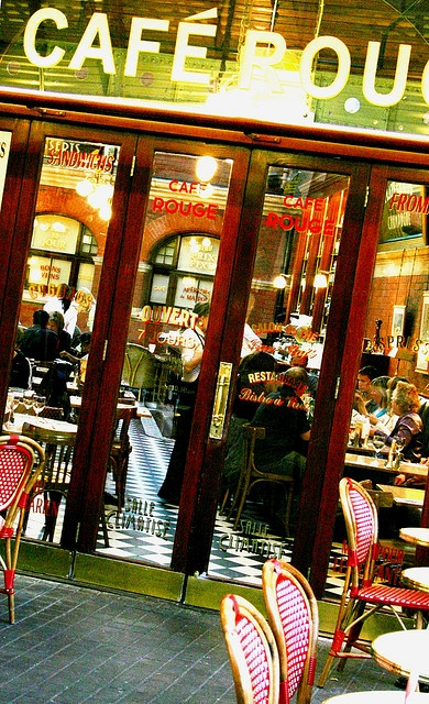 Cafe Rouge - Windsor, England. Love the composure~