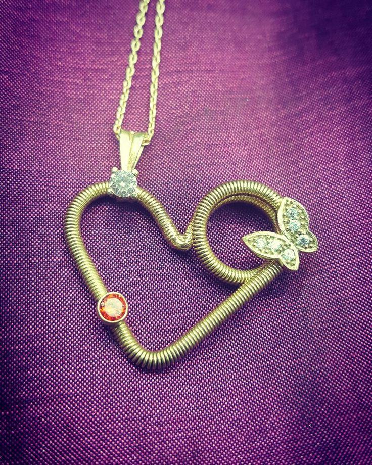 Sıradan kalp kolyelerden sıkılanlar buna bayılacaksınız. Buarada kolyemiz sol taraftan asılı olduğu için yana yatık duruyor o yüzden de daha neşeli bir kullanımı var. Özellikler: 925 ayar Gümüş üzeri altın kaplama rodaj yapılmıştır ve zirkon taşlardan oluşuyor  #taki #takı #takitasarim #takıtasarım #kolye #necklace #gümüş #gumus #gumustaki #gümüştakı #silver #silverjewelry #aksesuar #jewelry #jewelrydesign #925k