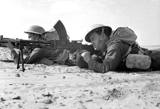 A Rhodesian Bren light machine gun team with the King's Royal Rifle Corps in the Western Desert, 1942 - pin by Paolo Marzioli