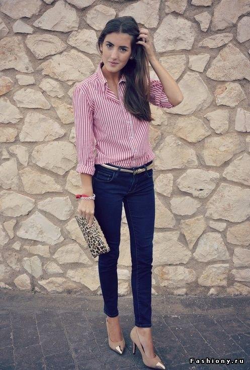 Персиковая рубашка, темные джинсы, клатч-конверт, серые туфли