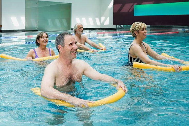 Ejercicios en la piscina y jacuzzi. El agua es un excelente medio para ejercitarte y ayudar a la pérdida de peso, acondicionamiento físico, prevención de lesiones y rehabilitación. La flotabilidad del agua la convierte en un ejercicio de bajo impacto y sin peso añadido que es sensible con las ...