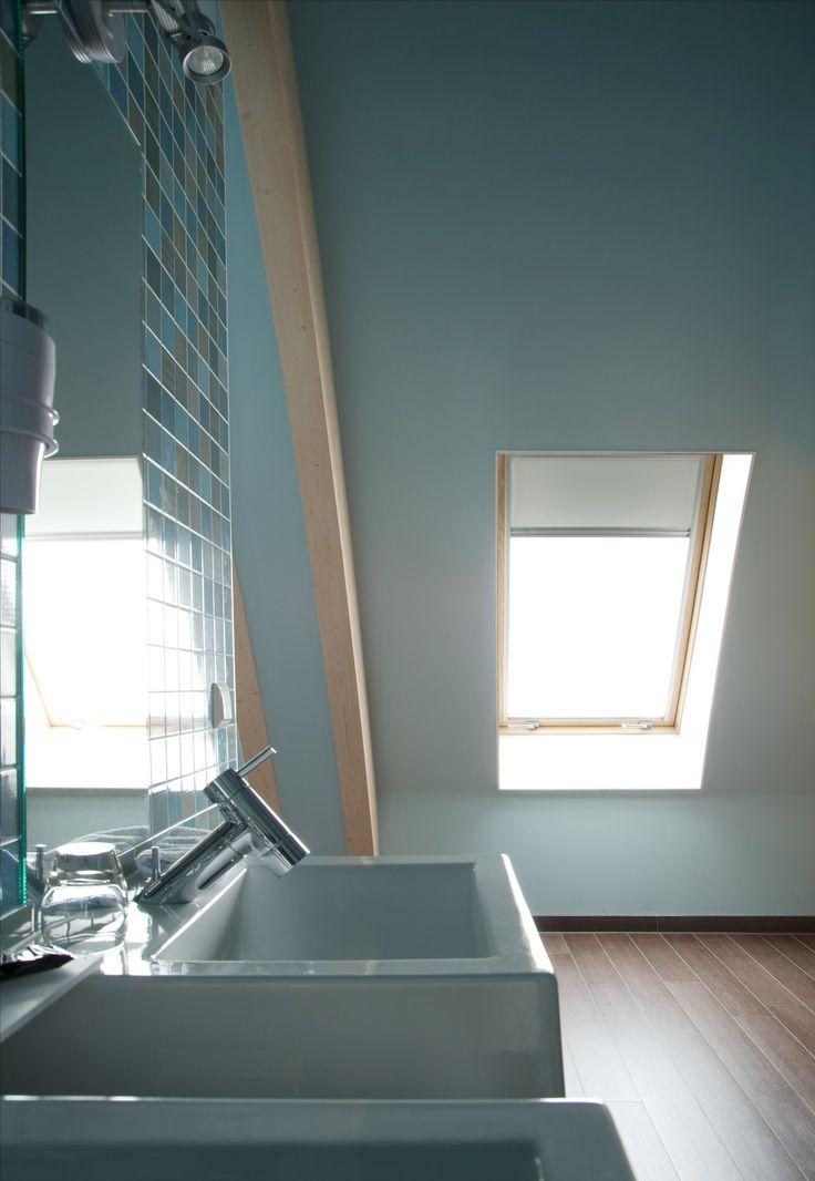 Schuine wand in de badkamer? Geen probleem. Een dakraam van #FAKRO ...