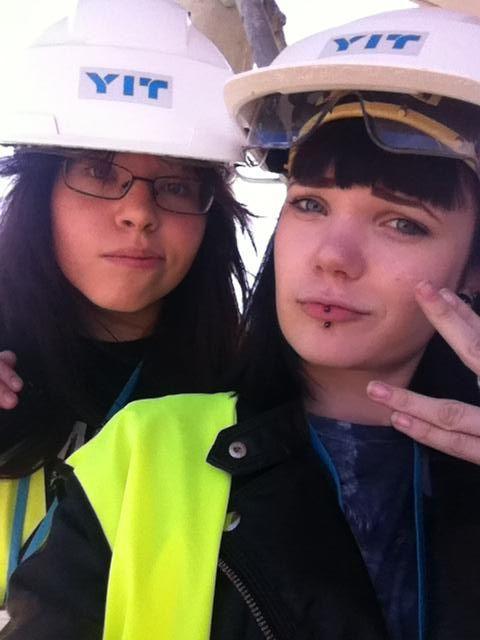 Ilona & Aada kävivät haastattelemassa rakennustyömaalla työskentelevää kesätyöntekijää.