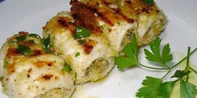 Ricetta elaborata: rotoloni di pesce spada INGREDIENTI:  trancio di pesce spada 1.5 Kg bacon a fettine 200 gr cipollotti 12 - carciofi grandi 5 - vino bianco secco - olive taggiasche snocciolate sott'olio - scalogno - aglio - timo - #ricetta #dolce #castagne