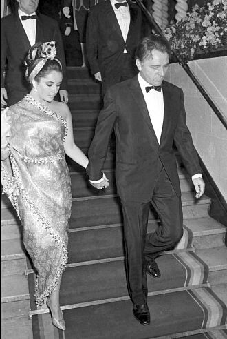 Elizabeth Taylor and Richard Burton at the Gala of Lido in Paris, 1964. Wearing sari-dress by Balenciaga Uploaded By www.1stand2ndtimearound.etsy.com