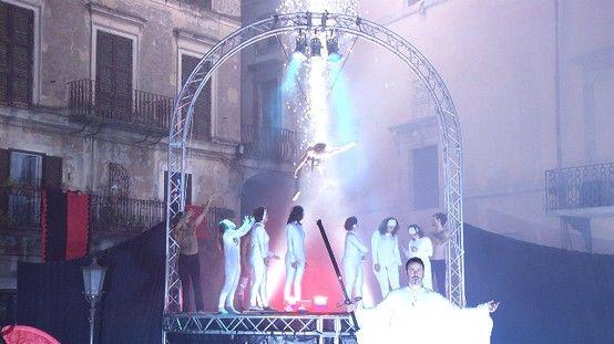 Spettacolo sull'Inferno dantesco della Compagnia dei Folli ad Offida.