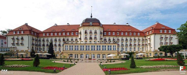 """Grand Hotel w Sopocie zbudowany został w latach 1924-1927 kosztem około 20 mln guldenów gdańskich, z przeznaczeniem głównie dla gości pobliskiego kasyna gry. Projekt dwóch profesorów Królewskiej Wyższej Szkoły Technicznej w Gdańsku, architekta Otto Kloeppela, konstruktora Richarda Kohnke i był powieleniem wybudowanego w 1911 Grand Hotelu w Szczawnie-Zdroju. Obecna nazwa """"Sofitel Grand Sopot""""."""