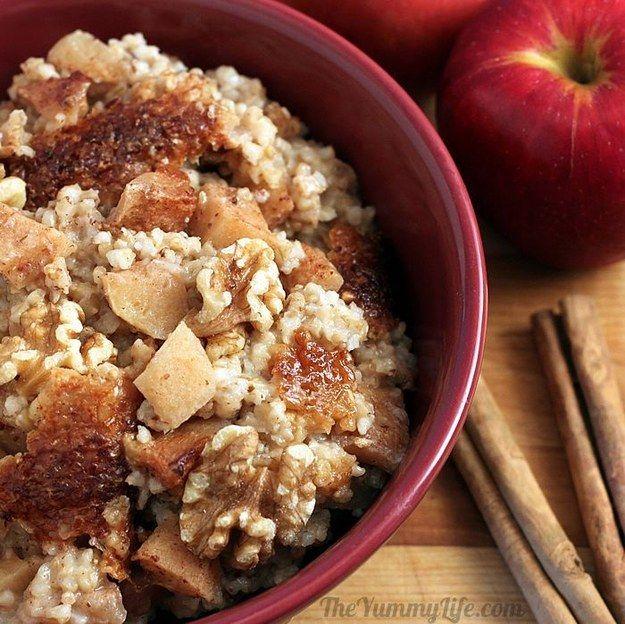 Avena remojada la noche anterior, cortada en trozos, cocinada en una olla de cocción lenta, con manzana y canela.