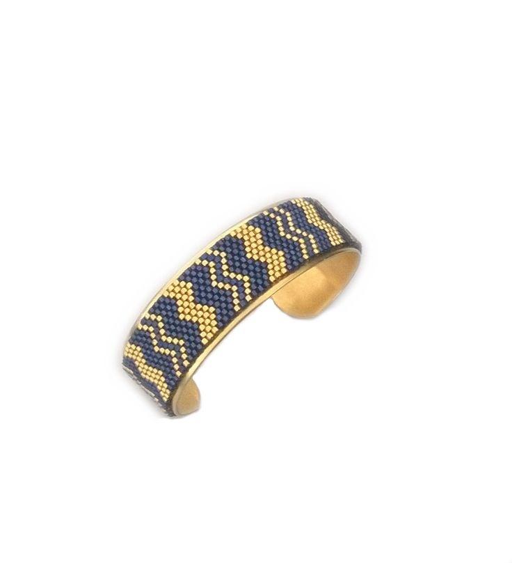 Manchette tissée en perles motifs chevrons bleu et doré : Bracelet par maelena-bijoux