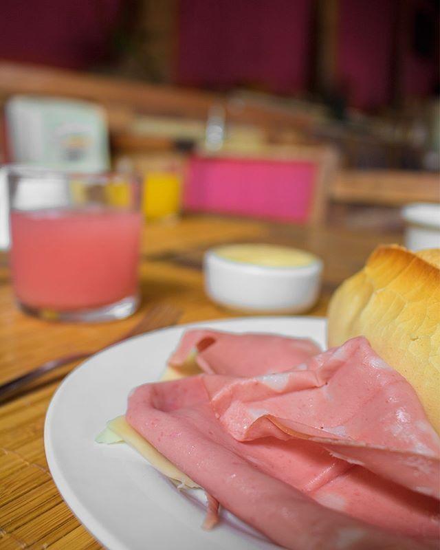 I am a sucker for a good breakfast...  Hóspede também nos conquista pelo estômago! Amamos comer [e fotografar] um bom café da manhã.  Este da Pousada 14 Bis ainda era servido num espaço de tijolinhos com cara de casinha do interior...  #petropolis #breakfast #cafedamanha #gastronomia