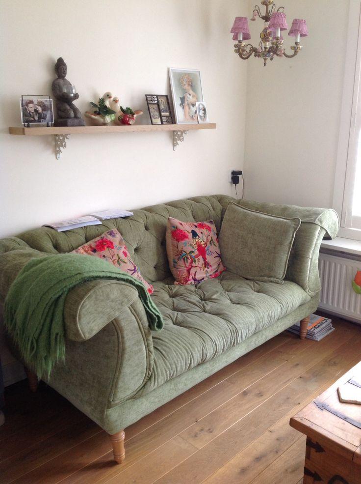 Grote bank in mijn kleine woonkamer. Vintage, brocante, groen