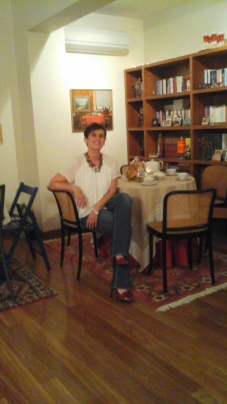 Εδώ είμαι εγώ και περιμένω τις φίλες μου τις κατεργάρες να μου πάρουν τα τριανταφυλλάκια μου!