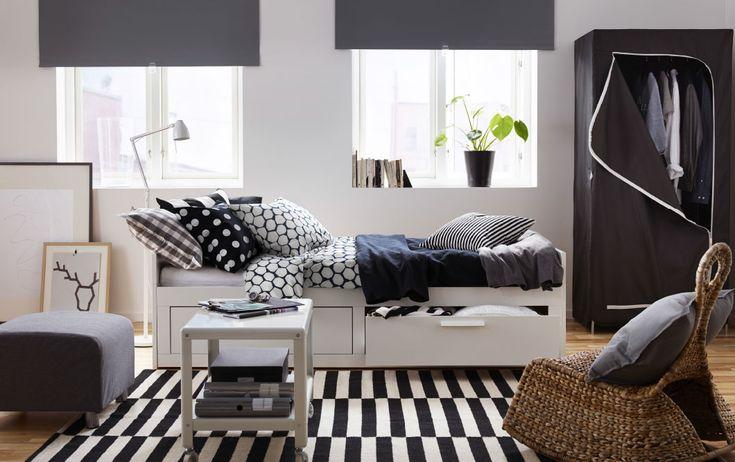ホワイトの引き出し付きベッドに、ブラックとグレーのベッドテキスタイルを合わせて。