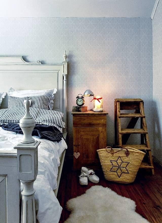 Vanhan hirsitalon makuuhuoneessa kaupunkilainen eleganssi ja maalainen juurevuus kohtaavat komeasti.   Unelmien Talo&Koti Kuva: Krista Keltanen Toimittaja: Jonna Kivilahti