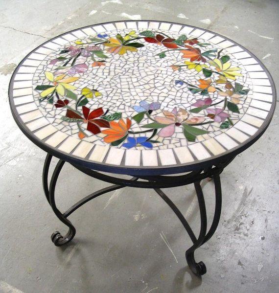 Mesa de forja con encimera hecha de mosaico con dibujos florales